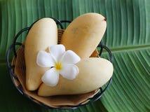三在香蕉叶子照片的芒果 库存照片