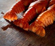 三在黑暗的木背景的开胃煮沸的龙虾 免版税库存照片