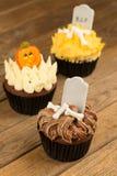 三块五颜六色的万圣夜杯形蛋糕特写镜头 免版税库存图片