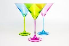 三块五颜六色的马蒂尼鸡尾酒玻璃 免版税库存照片