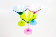 三块五颜六色的马蒂尼鸡尾酒玻璃 免版税库存图片