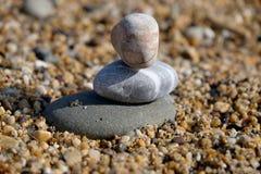 三块小卵石石头堆积了一在别的 库存图片