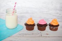 杯形蛋糕和牛奶 图库摄影