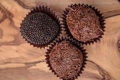 三块手滚动的食家块菌状巧克力 免版税图库摄影