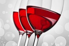 三块玻璃wih红葡萄酒 库存图片