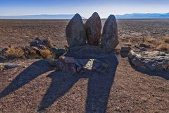 三块石头由成吉思汗设置了- 12世纪的游牧人临时停车场的 免版税库存图片