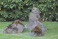 三块石头在禅宗庭院里 免版税库存图片