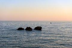 三块石头,称三个兄弟在Chora Sfakion镇附近在克利特海岛,希腊的西部部分 库存图片
