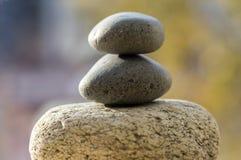 三块禅宗石头堆,白色和灰色凝思小卵石耸立 免版税库存照片