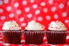 三块红色天鹅绒杯形蛋糕 免版税库存图片