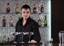 三块玻璃在酒吧排列了由侍酒者 库存照片