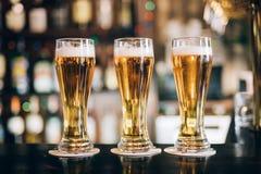 三块玻璃用啤酒在客栈 库存图片