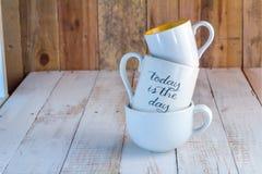 三堆积了加奶咖啡杯子 JPG 库存图片