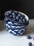 三堆积了陶瓷碗用成熟蓝莓 免版税库存图片