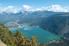 三塔Croce美丽的湖在从Nevegal小山的顶端被看见的贝卢诺省的Alpago 免版税库存图片