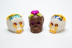 三墨西哥人Calaverita de azucar糖果头骨和Calaverita de Chocolate, 库存图片