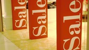 三大红色销售在商店入口磁性门签字 促销 消费者至上主义概念 股票录像