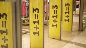 三大黄色推销活动在商店入口磁性门签字 消费者至上主义概念 股票视频