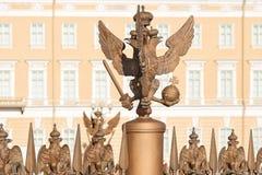 三头老鹰的铜雕塑在宫殿正方形的在圣彼德堡,俄罗斯 库存图片
