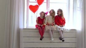 三女孩坐一个白色窗口 影视素材