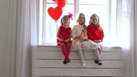 三女孩坐一个白色窗口 股票录像