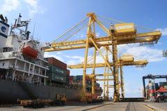 卸载它的货物的集装箱船 库存照片