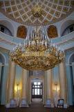 三层的被镀金的枝形吊灯在卵形屋子-盛大宫殿里  图库摄影