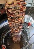 三层螺旋形楼梯围拢的34脚堆书,福特` s剧院中心, DC, 2017年 免版税库存照片