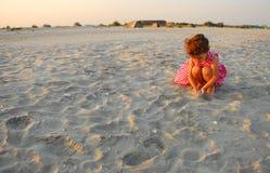 三岁使用与在海滩的沙子的女孩 库存图片