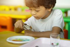 三岁的孩子在亚洲做科学试验 免版税库存图片