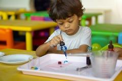 三岁的孩子在亚洲做科学试验 免版税图库摄影