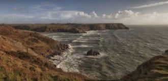 三峭壁海湾的风大浪急的海面 免版税库存照片