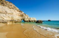 三座城堡的石灰石峭壁看法在波尔蒂芒,区法鲁,阿尔加威,南葡萄牙靠岸 库存图片