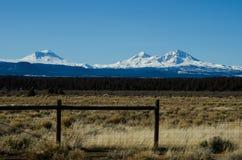 三座姐妹山在高沙漠上上升在中央俄勒冈 库存图片