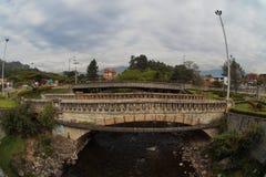 三座桥梁的看法在Yanuncay河的在市昆卡省的南部 免版税库存照片