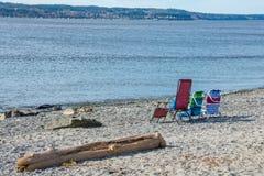三张五颜六色的海滩睡椅 免版税图库摄影