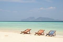 三张海滩睡椅 免版税库存照片