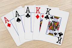 三张相同和二张相同的牌一点赌博娱乐场国王-打啤牌牌的 库存照片
