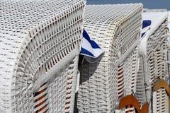 三张被顶房顶的海滩睡椅显示得紧密  库存照片