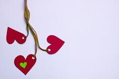 三心脏连接了五颜六色的绳索-在白色背景,拷贝空间 库存图片