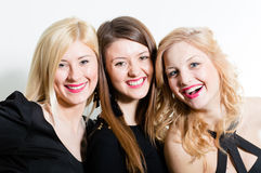 三愉快微笑&看照相机美丽的妇女朋友特写镜头面孔画象 免版税库存图片