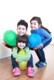 三愉快的微笑的孩子 免版税库存图片