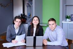 三成功的男性和女学生或colleag画象  免版税库存图片
