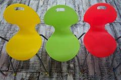 三把五颜六色的儿童椅子 免版税图库摄影