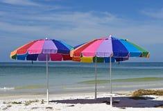 三把五颜六色的沙滩伞 免版税库存照片