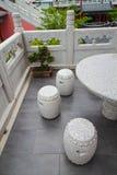 三把椅子和在一个东方庭院的一张表 库存照片