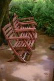 三把空的椅子在庭院里 图库摄影