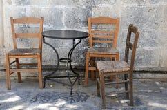 三把老椅子和一表 免版税库存图片