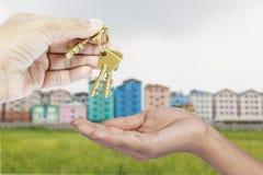 给三把黄铜钥匙 免版税库存照片