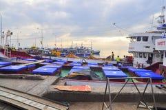 三投斯将军市,菲律宾- 2015年9月5日:渔船a 库存照片